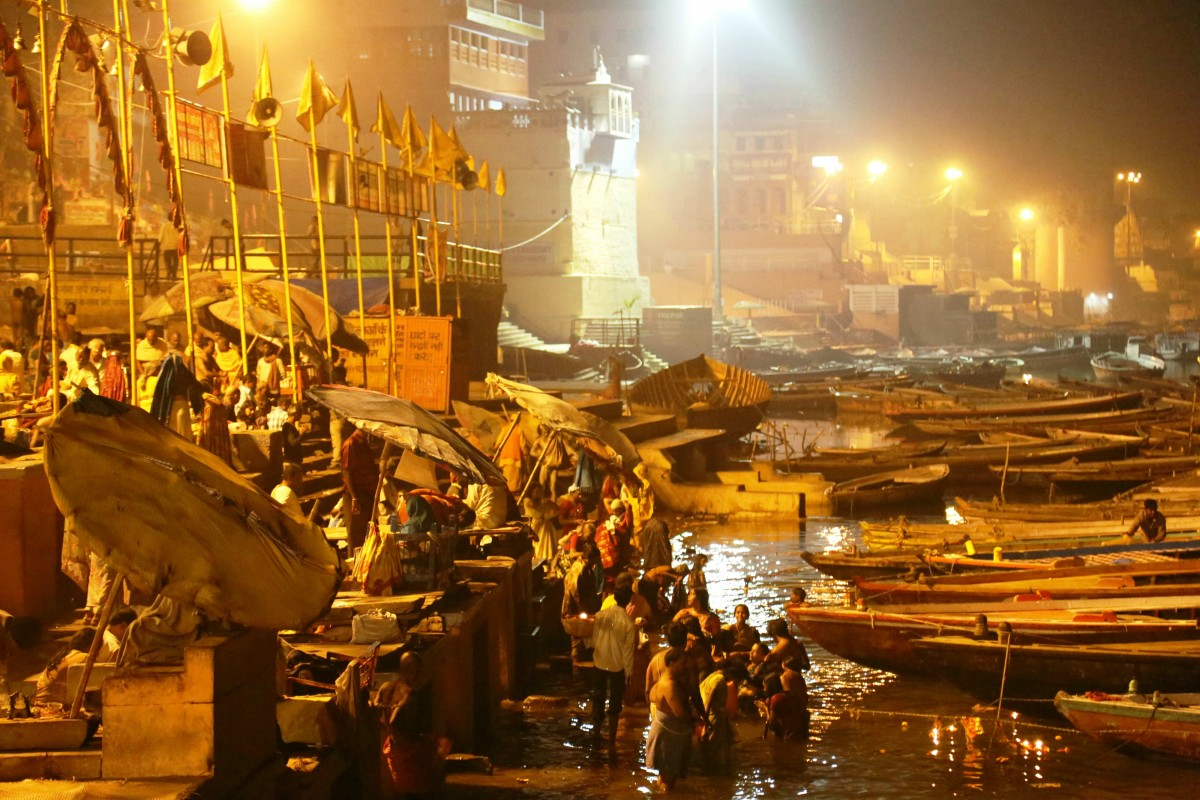 Bathing onVaranasi Ghats to purify themseves from sin.