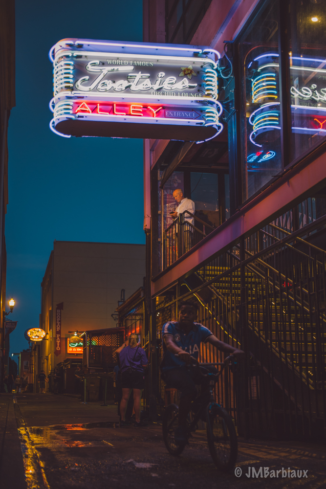 Nashville, Footsies, bar, neon lights, street photography, alley, leica M10